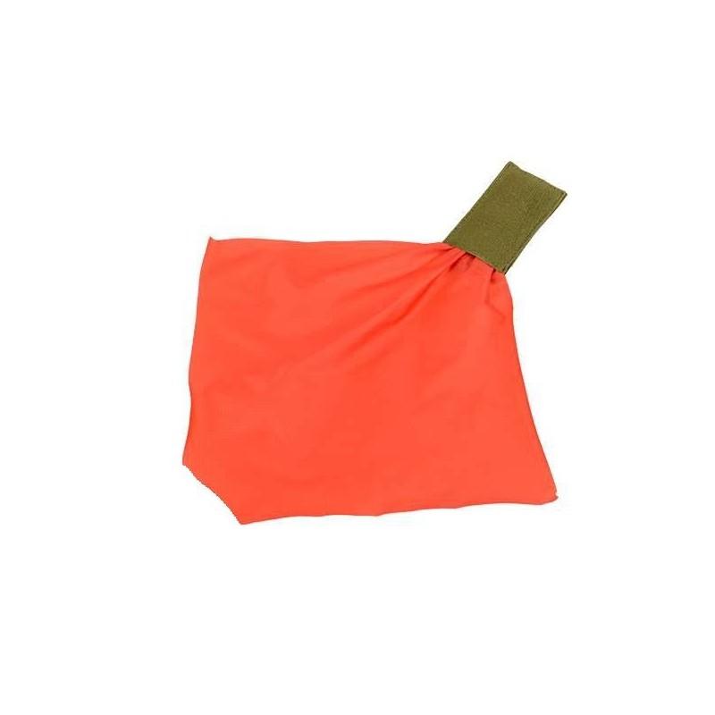 Pouch elástico verde con pañuelo rojo